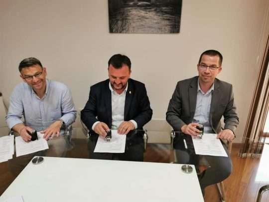 Slika potpisivanja županijskog ugovora za obnovu cesta