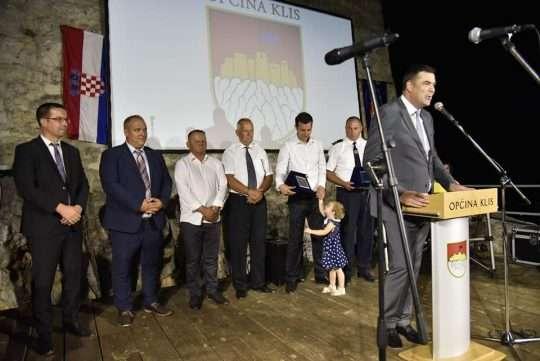Slika sa svečane sjednice Općine Klis, prikaz pozornice i načelnika kako govori nazočnima